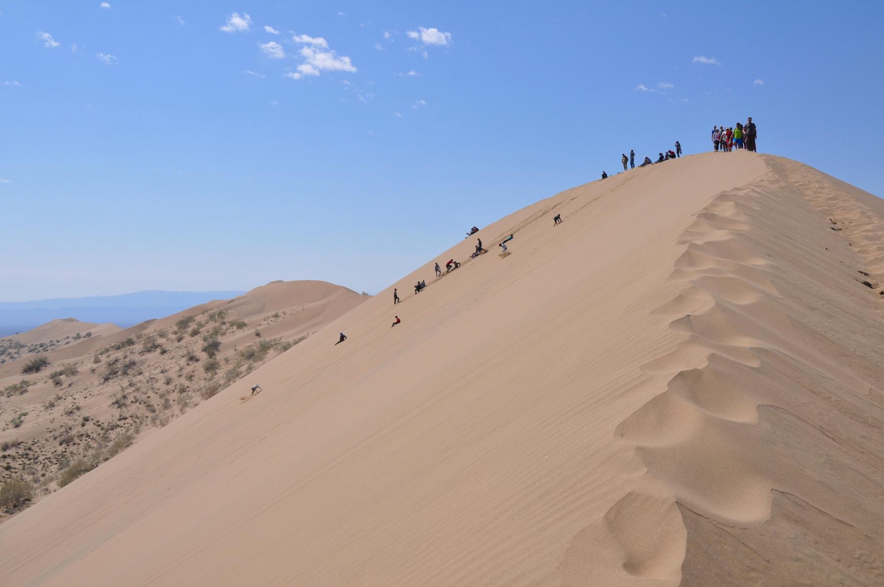 steep sand dune pursued - HD1806×1200